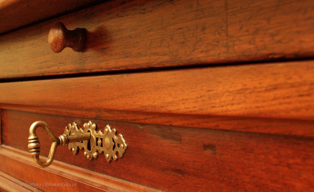 fotografia zdjęcie foto meble antyki okucie klucz szuflada